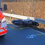 POL-GM: 010321-149: Motorradfahrer kollidiert mit Leitplanke